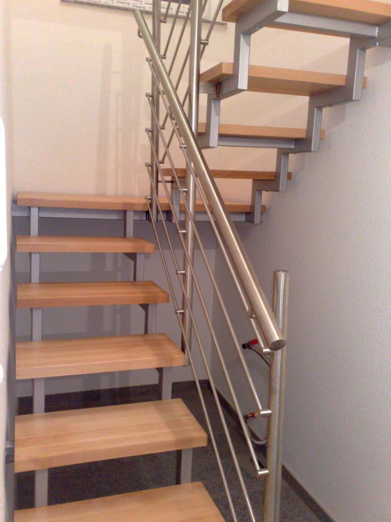 Stahltreppe mit Holzstufen und Edelstahlgeländer