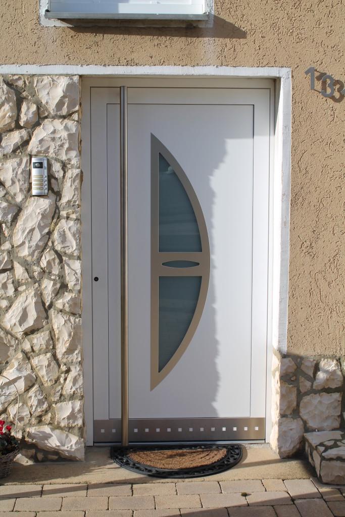 Elegante Hauseingangstür mit Edelstahl und satiniertem Glas