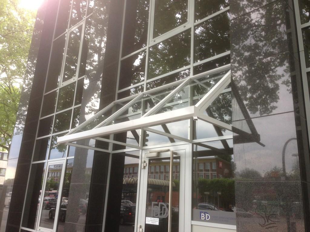 Bürohaus-Vordach aus pulverbeschichtetem Aluminium mit Glasfüllungen