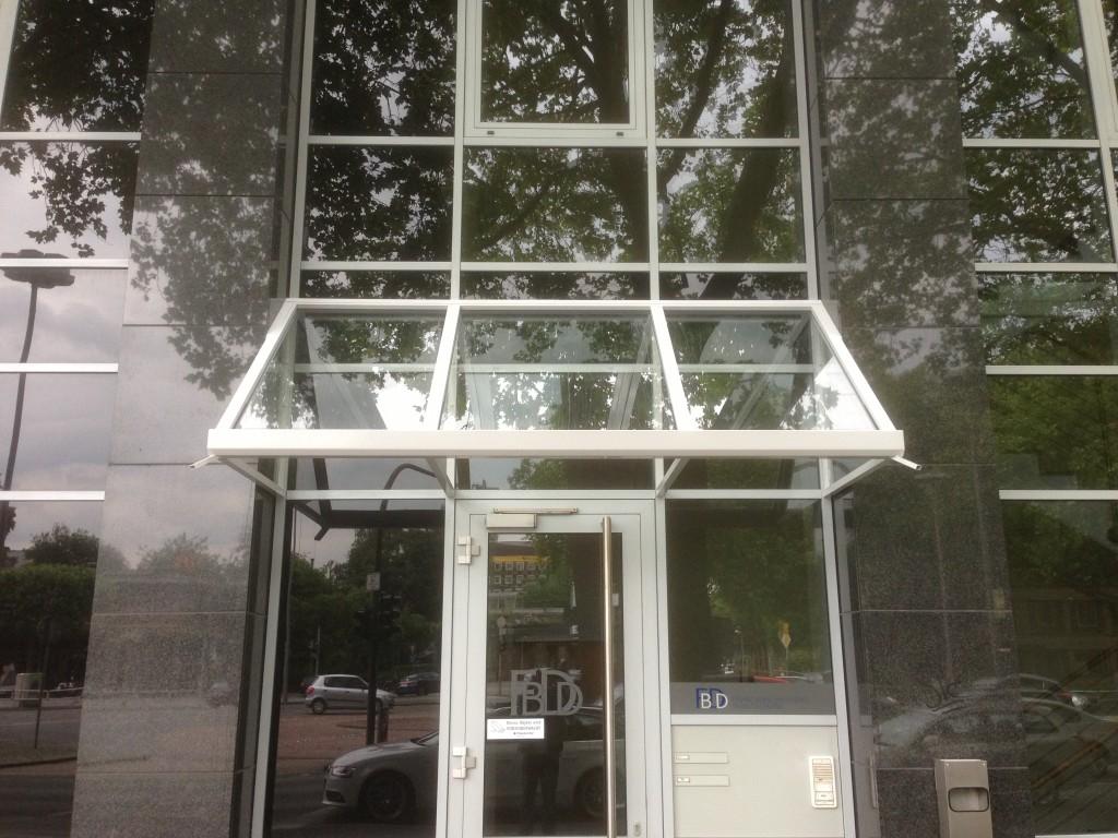 Bürohaus-Vordach aus pulverbeschichtetem Aluminium mit Glasfüllungen 2