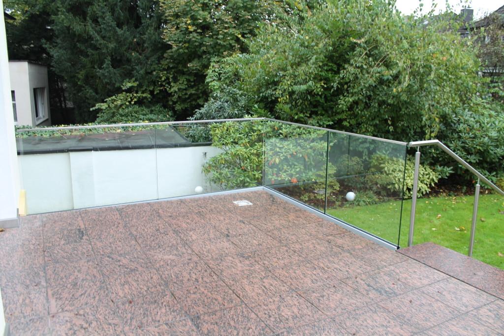 Terrasse mit Ganzglasgeländer und Edelstahlhandlauf 4