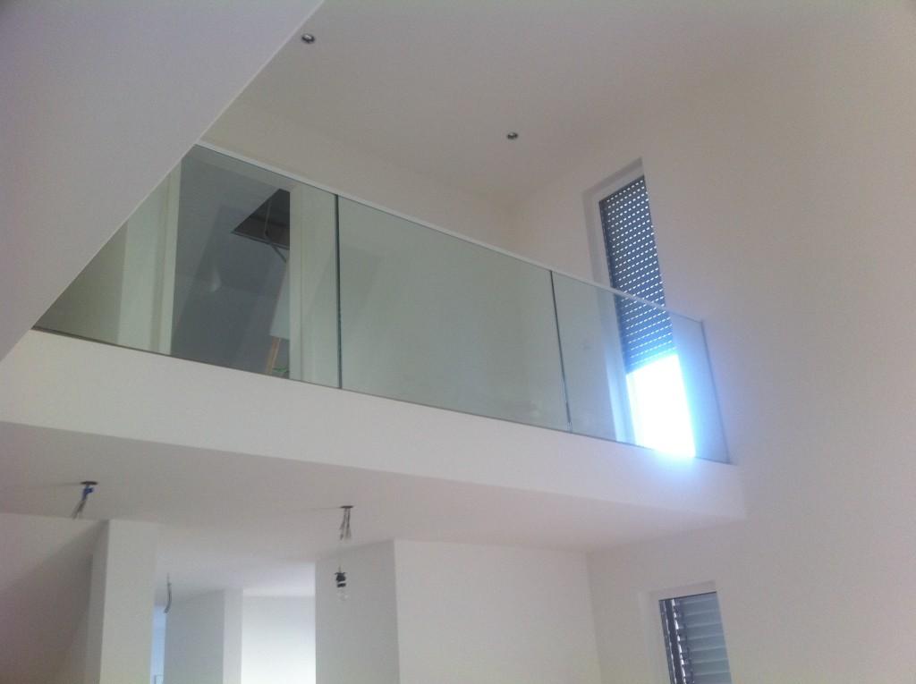Ganzglasgeländer im Obergeschoss 3