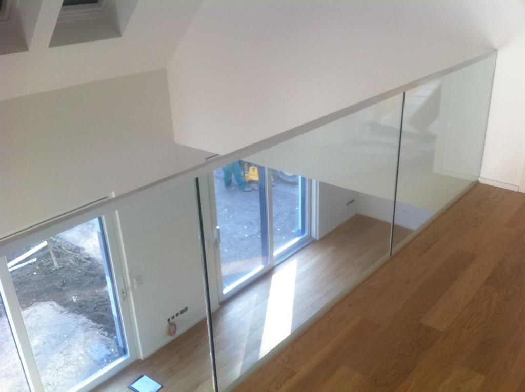 Ganzglasgeländer im Obergeschoss