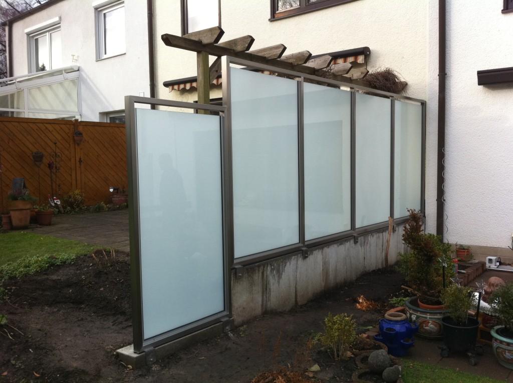 Sichtschutz aus Edelstahl mit satinierten Glasfüllungen 3