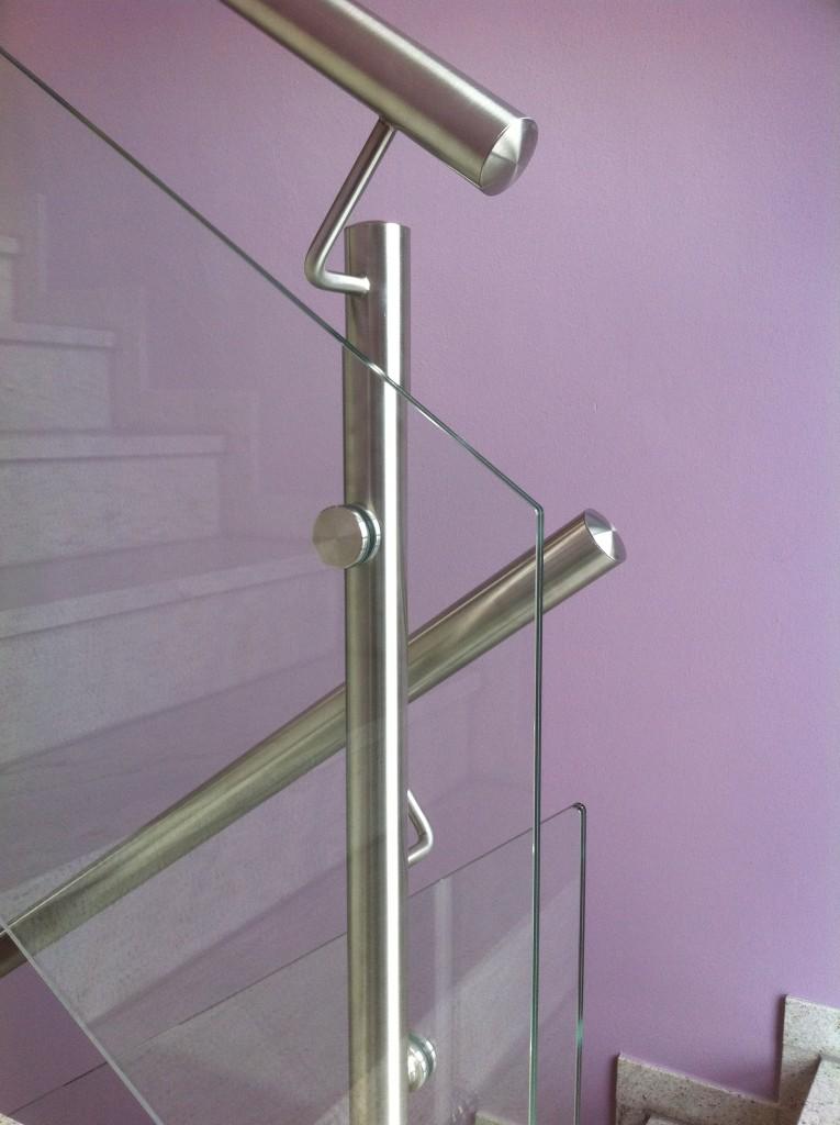 Treppenhausgeländer aus Edelstahl und Glas 2