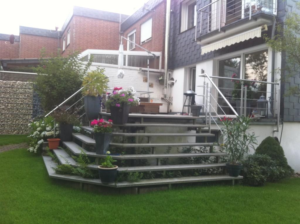 Terrassentreppe mit Edelstahlgeländer und barfuß begehbaren Aluminiumstufen