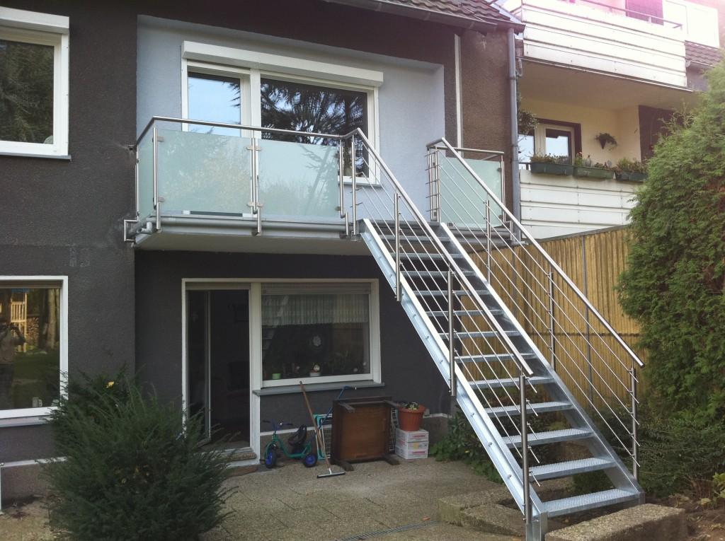 Edelstahlbalkongeländer mit Glasfüllungen und verzinkter Treppe