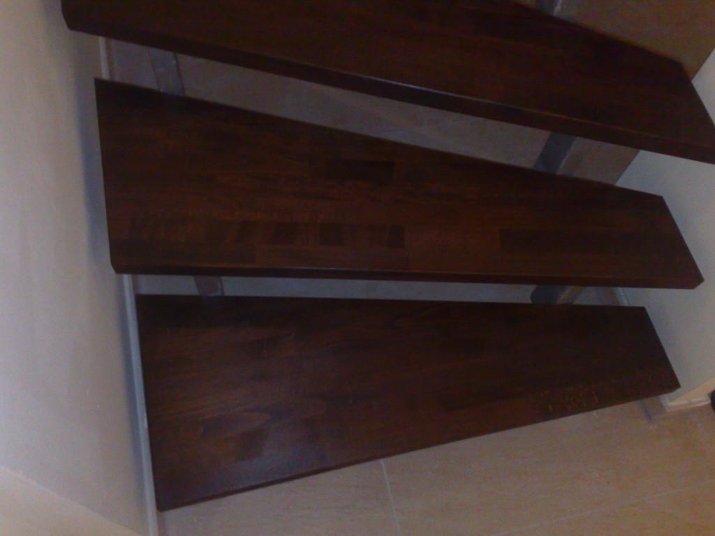 Holztreppe mit Edelstahl Details 3