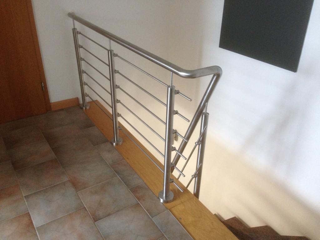 Edelstahl Treppengeländer mit filigranen Details