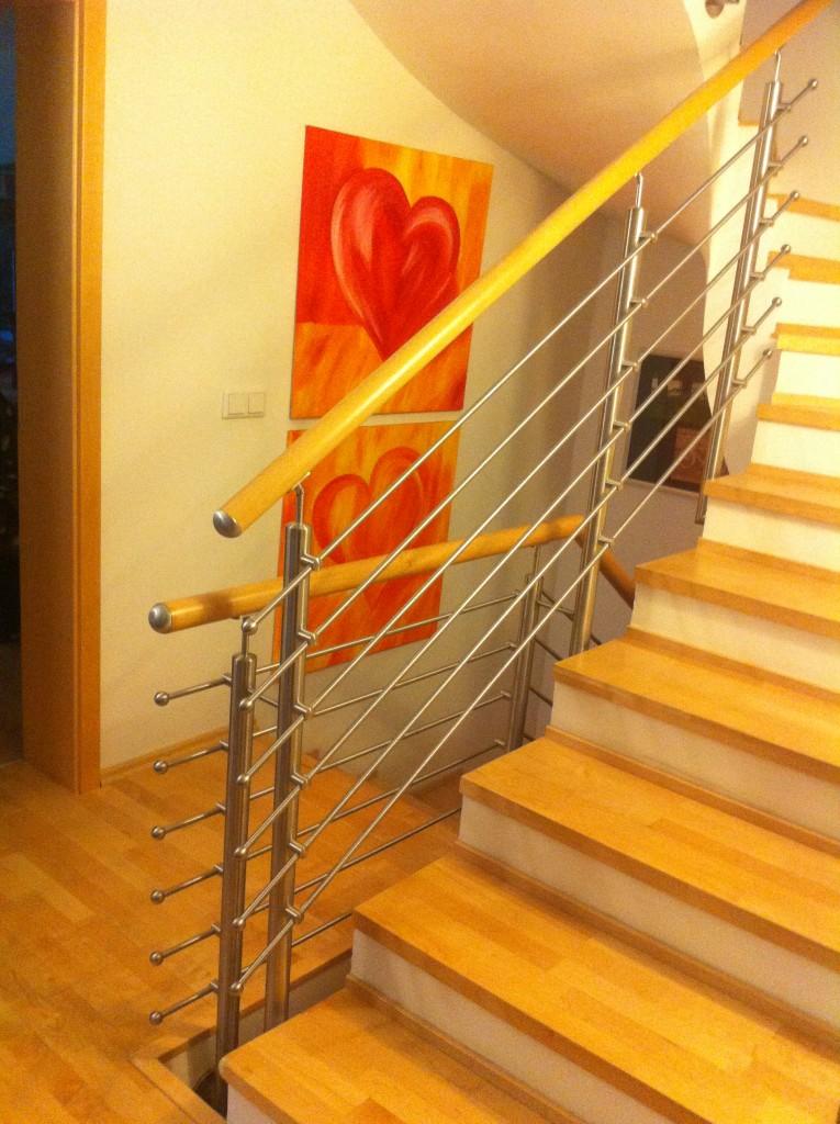 Edelstahl Treppengeländer mit elegantem Holzhandlauf