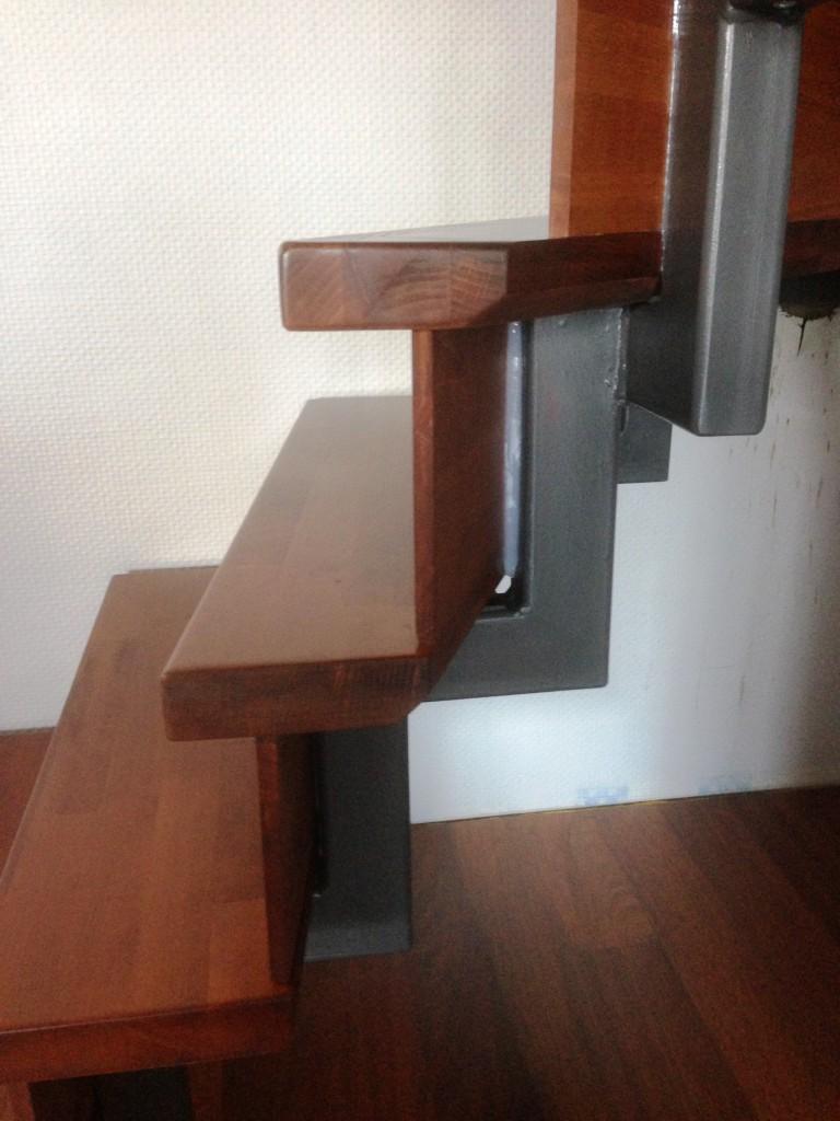 Pulverbeschichtete Stahltreppe mit Edelstahl Handlauf und Holzstufen 3