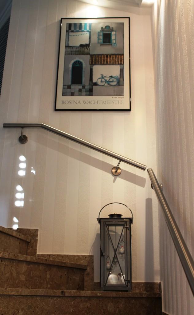 Handlauf aus Edelstahl mit dezenten Wandhalterungen 2