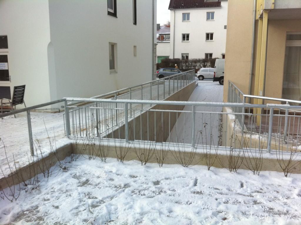Verzinkte Geländer für eine Tiefgaragenzufahrt