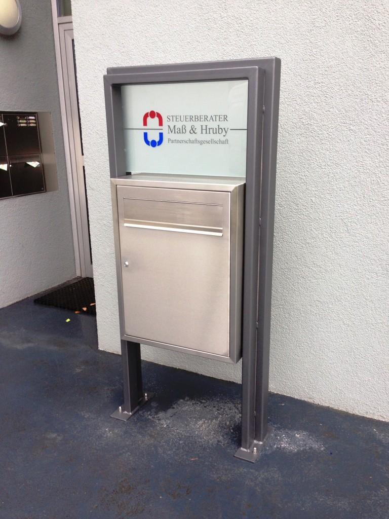 Briefkasten aus Edelstahl mit Rahmen aus pulverbeschichtetem Stahl