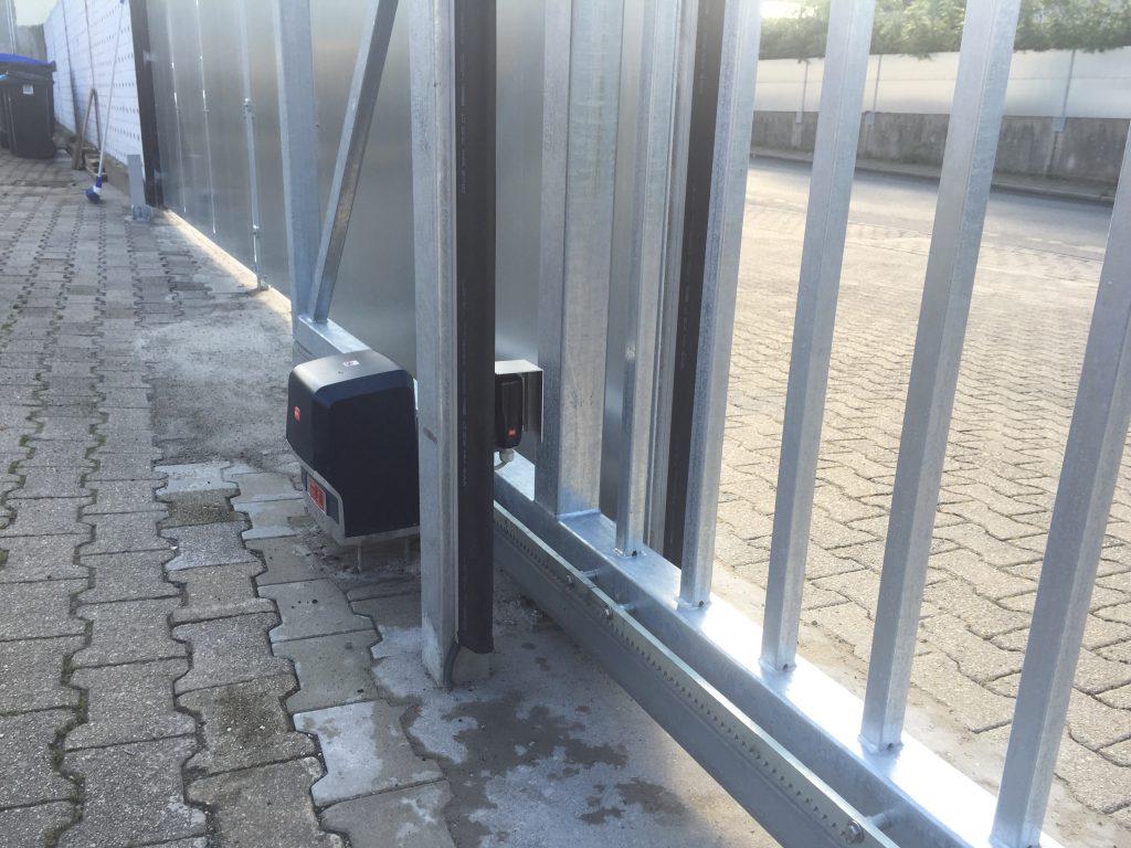 Freitragendes Schiebetor aus Stahl, in feuerverzinkter Ausführung
