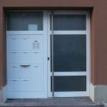 Hauseingangstür aus pulverbeschichteten Aluminiumprofilen mit Edelstahlgriff