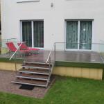Terrasse mit Ganzglasgeländer und Edelstahlhandlauf