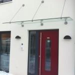 Zeitloses Glasvordach mit Edelstahlhalterungen