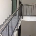 Pulverbeschichtetes Treppenhausgeländer mit Edelstahlhandlauf