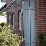 Vordach-Windschutz-Kombination aus Edelstahl und Glas