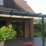 Terrassenüberdachung aus pulverbeschichteten Aluminiumprofilen mit Unterglas-Markise