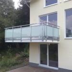 Balkon aus verzinktem Stahl mit satinierten Glasfüllungen