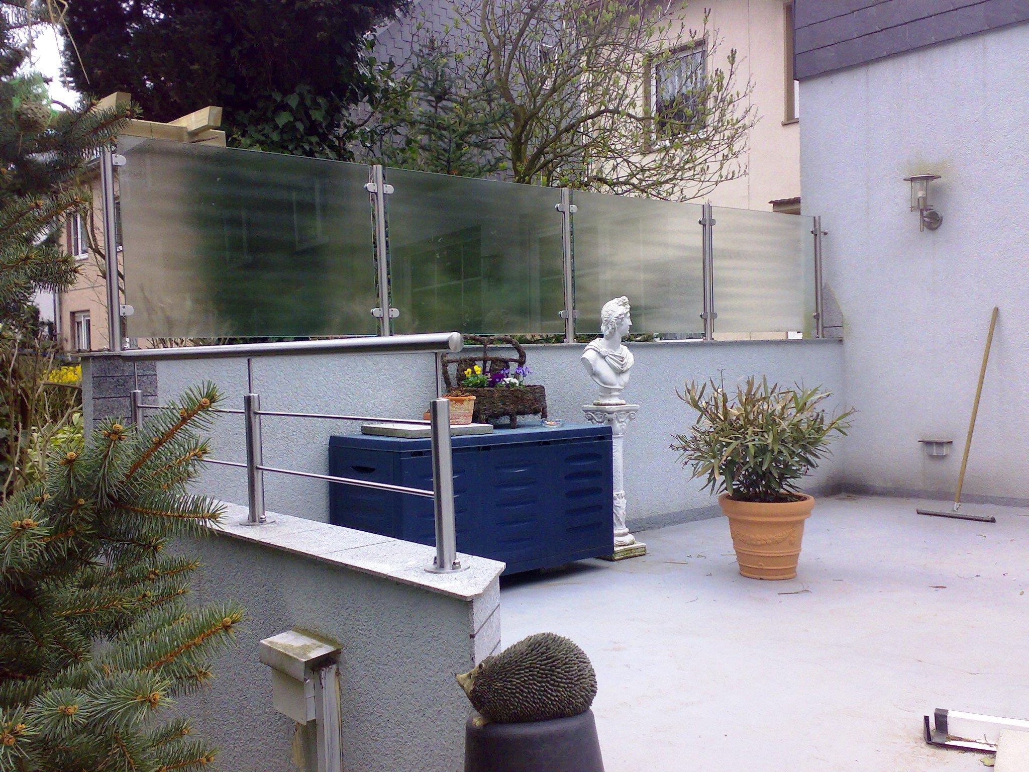 Sichtschutz Aus Satiniertem Glas Mit Edelstahl Pfosten Metallbau