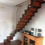 Pulverbeschichtete Stahltreppe mit Edelstahl Handlauf und Holzstufen