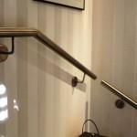 Handlauf aus Edelstahl mit dezenten Wandhalterungen